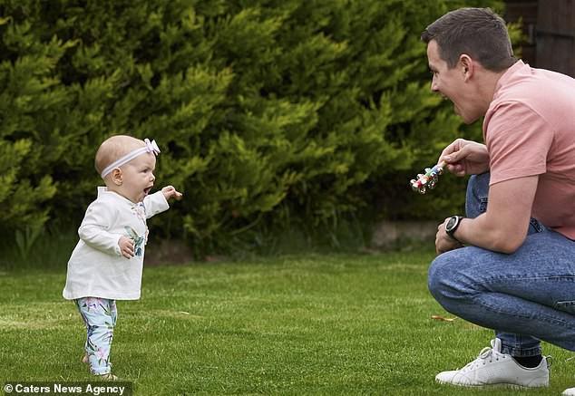 Con gái 6 tháng tuổi chưa biết bò đã đốt cháy giai đoạn làm được điều kỳ diệu khiến bố mẹ sốc lên sốc xuống - Ảnh 11.