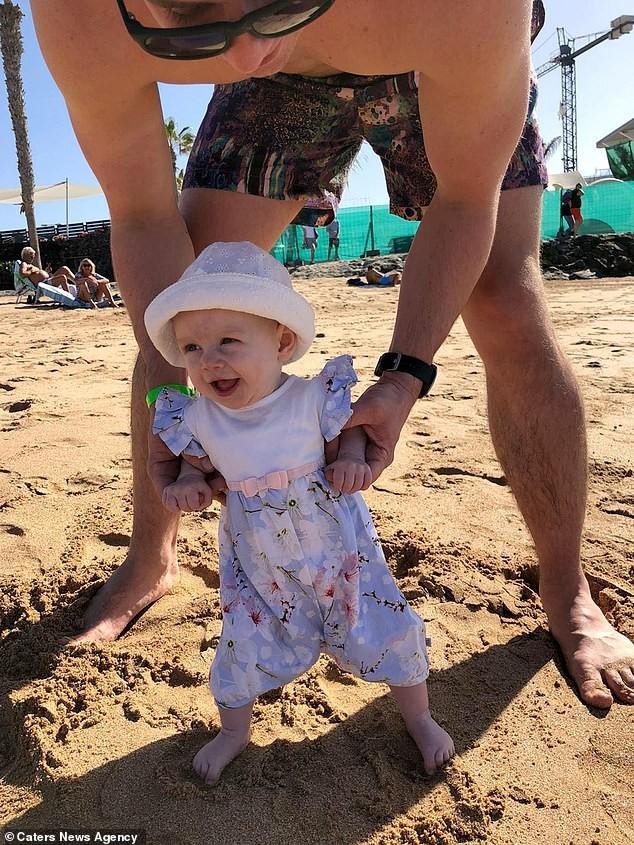 Con gái 6 tháng tuổi chưa biết bò đã đốt cháy giai đoạn làm được điều kỳ diệu khiến bố mẹ sốc lên sốc xuống - Ảnh 5.