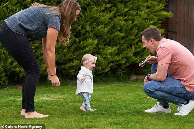 Con gái 6 tháng tuổi chưa biết bò đã đốt cháy giai đoạn làm được điều kỳ diệu khiến bố mẹ sốc lên sốc xuống - Ảnh 4.
