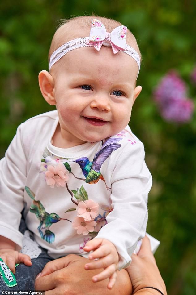 Con gái 6 tháng tuổi chưa biết bò đã đốt cháy giai đoạn làm được điều kỳ diệu khiến bố mẹ sốc lên sốc xuống - Ảnh 3.