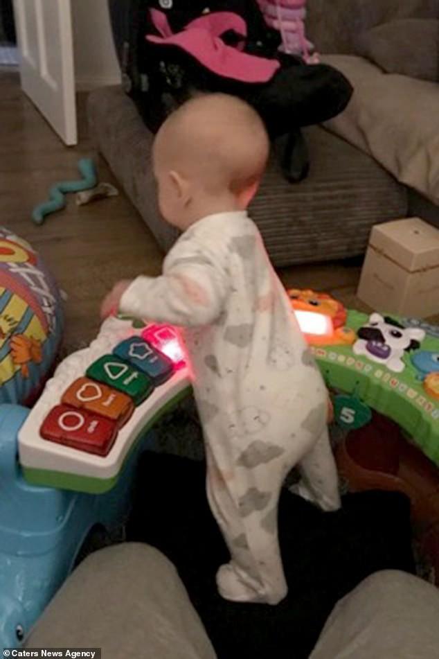 Con gái 6 tháng tuổi chưa biết bò đã đốt cháy giai đoạn làm được điều kỳ diệu khiến bố mẹ sốc lên sốc xuống - Ảnh 2.