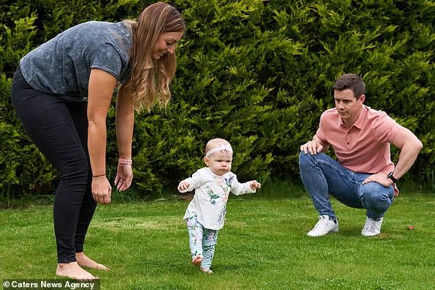 Con gái 6 tháng tuổi chưa biết bò đã đốt cháy giai đoạn làm được điều kỳ diệu khiến bố mẹ sốc lên sốc xuống - Ảnh 9.
