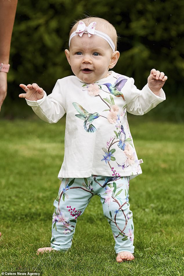 Con gái 6 tháng tuổi chưa biết bò đã đốt cháy giai đoạn làm được điều kỳ diệu khiến bố mẹ sốc lên sốc xuống - Ảnh 7.