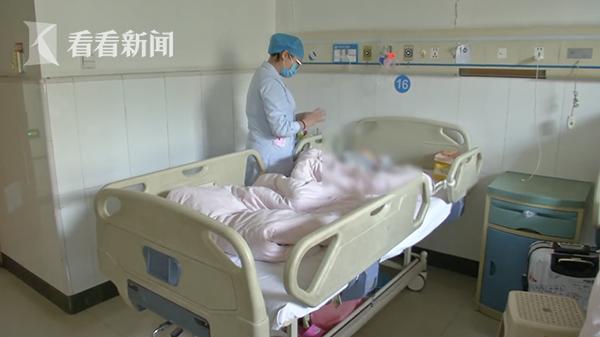 Con trai 6 tuổi hô hấp khó khăn, cổ họng sưng tấy đầy mủ, bố  mẹ đưa đi nhập viện liền giật mình kinh hãi trước thứ bác sĩ gắp từ trong cổ họng con ra - Ảnh 3.