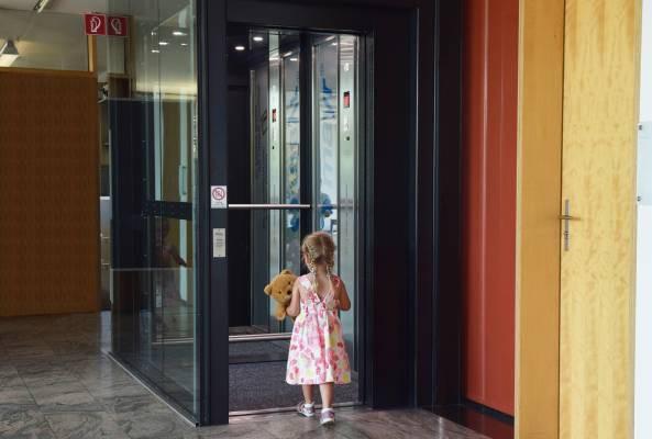 Chống xâm hại tình dục: Loạt kỹ năng cần trang bị cho con để bảo vệ bản thân khi đi thang máy một mình  - Ảnh 2.