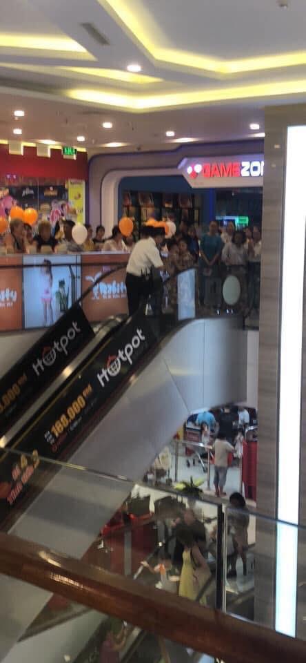 Nha Trang: Lại thêm một em bé ngã xuống thang cuốn ở trung tâm thương mại khiến người chứng kiến thót tim - Ảnh 2.