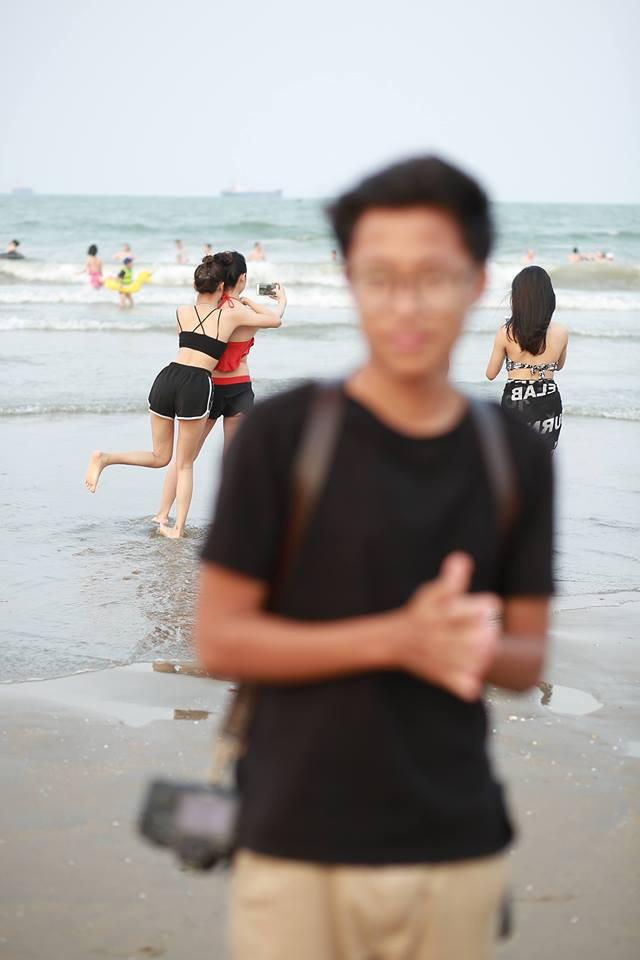 Thanh niên bị bạn hại thê thảm ngày lễ: Tạo dáng điên đảo trên bờ biển nhưng cũng chỉ làm nền cho các girl xinh phía sau - Ảnh 1.