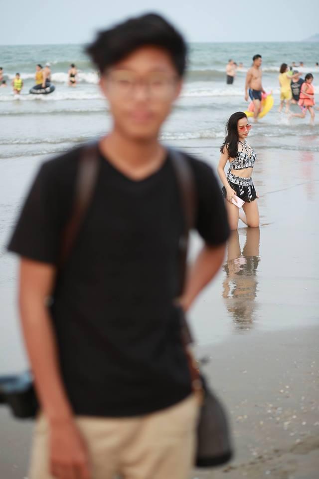 Thanh niên bị bạn hại thê thảm ngày lễ: Tạo dáng điên đảo trên bờ biển nhưng cũng chỉ làm nền cho các girl xinh phía sau - Ảnh 3.