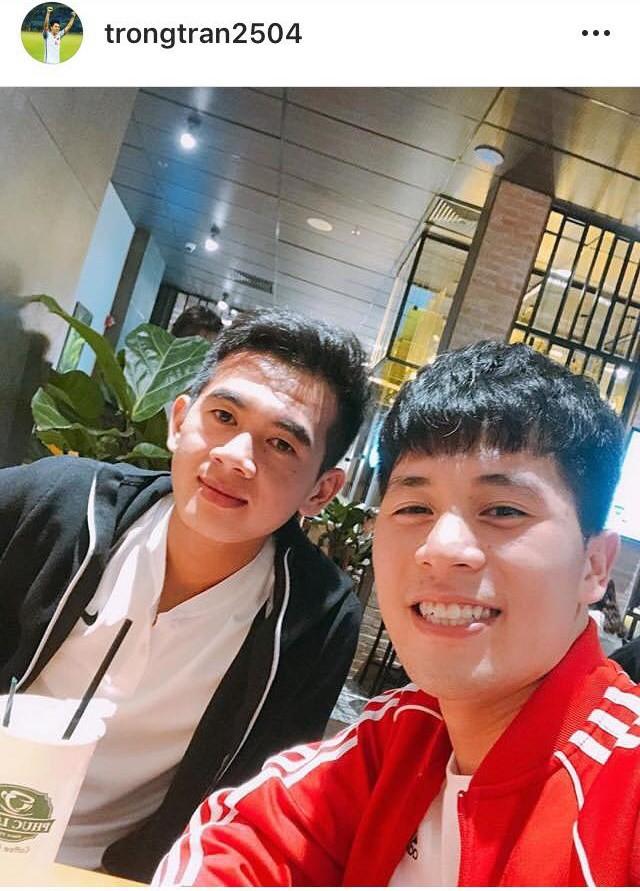 Đăng ảnh chơi khuya cùng người lạ, Đình Trọng liên tục bị fan trách vì không đến ủng hộ quán cafe mới của Tư Dũng - Ảnh 1.