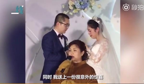Bất ngờ xuất hiện tại đám cưới mang theo hộp nhẫn, chú gấu bông vừa tiết lộ thân phận đã khiến cô dâu chú rể bật khóc ngay tại chỗ - Ảnh 4.
