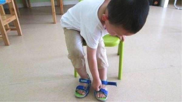 Người mẹ mắng con giữa đường vì suốt ngày mang giày ngược, chuyên gia chỉ ra mẹ có lẽ đã dạy con sai cách - Ảnh 3.