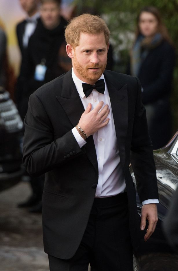 Chạm mặt 2 tình cũ xinh đẹp cùng một lúc khi vợ bầu ở nhà, cách ứng xử khéo léo của Hoàng tử Harry khiến chị em gật gù, cánh mày râu phải học hỏi - Ảnh 1.