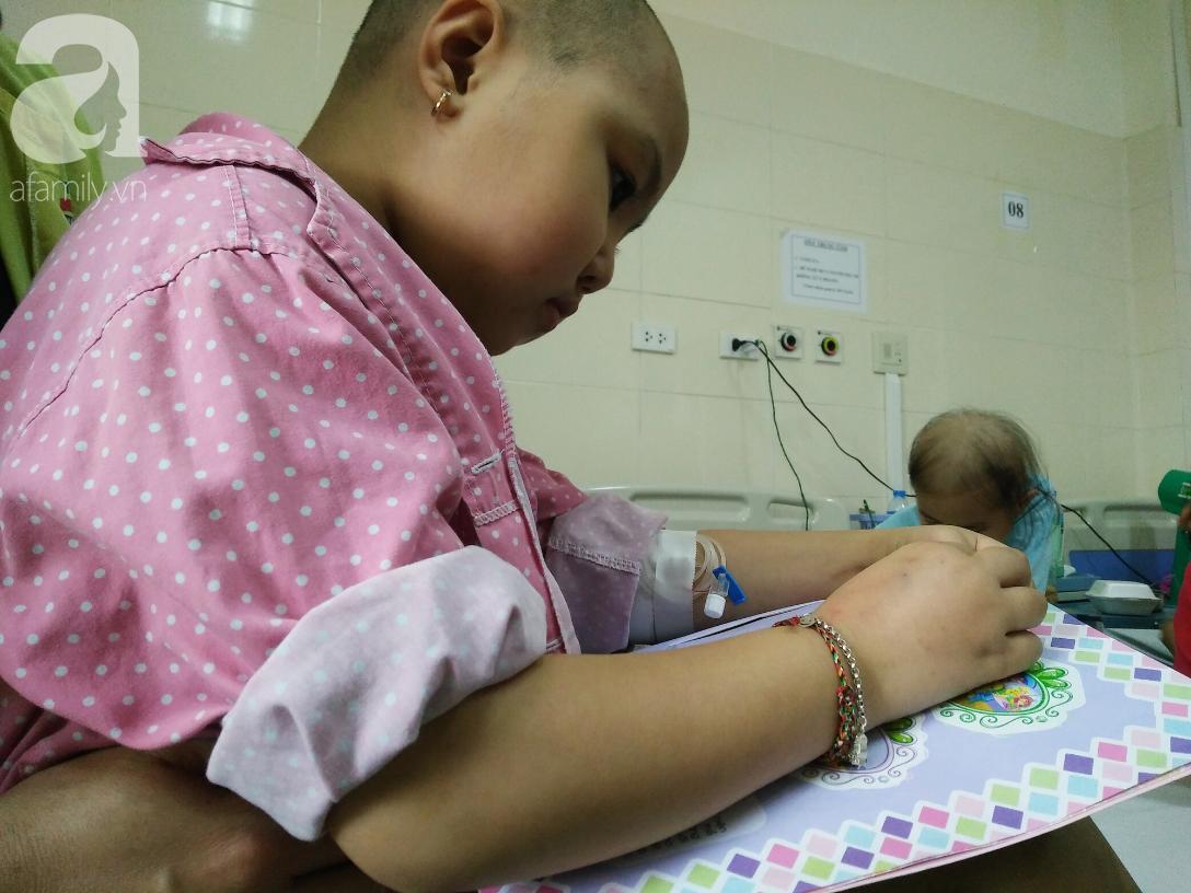 Xót xa câu hỏi mẹ của bé gái 7 tuổi bị ung thư hạch di căn: Tóc con cắt hết rồi, con sắp chết phải không mẹ? - Ảnh 1.