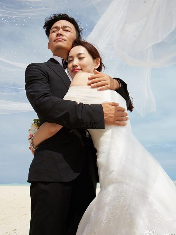 Trùng hợp bất ngờ trong bức ảnh chụp chung với tiểu tam: Hồng Hân và Vương Bảo Cường đều bị trợ lý cướp mất hạnh phúc - Ảnh 2.