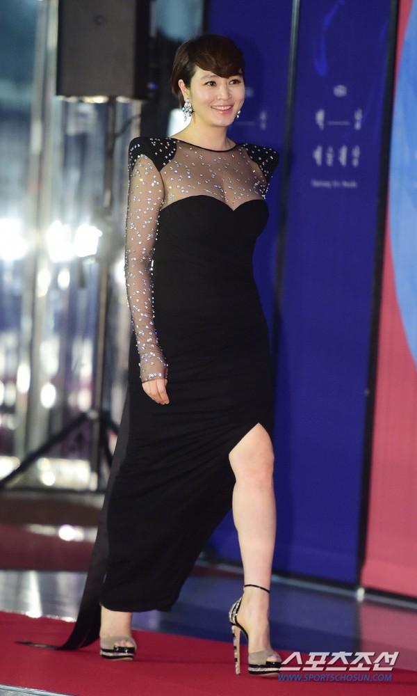 Dàn sao hạng A quyền lực K-biz đổ bộ thảm đỏ Baeksang 2019: Chị đại Kim Hye Soo vẫn là nhất - Ảnh 2.