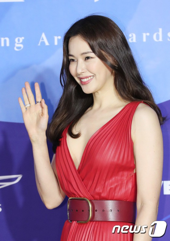 Dàn sao hạng A quyền lực K-biz đổ bộ thảm đỏ Baeksang 2019: Chị đại Kim Hye Soo vẫn là nhất - Ảnh 14.