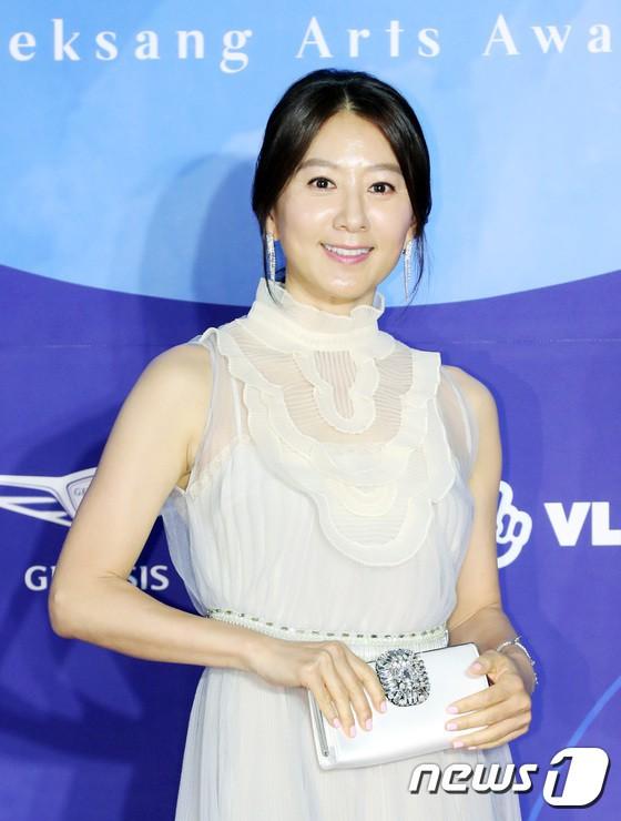 Dàn sao hạng A quyền lực K-biz đổ bộ thảm đỏ Baeksang 2019: Chị đại Kim Hye Soo vẫn là nhất - Ảnh 4.