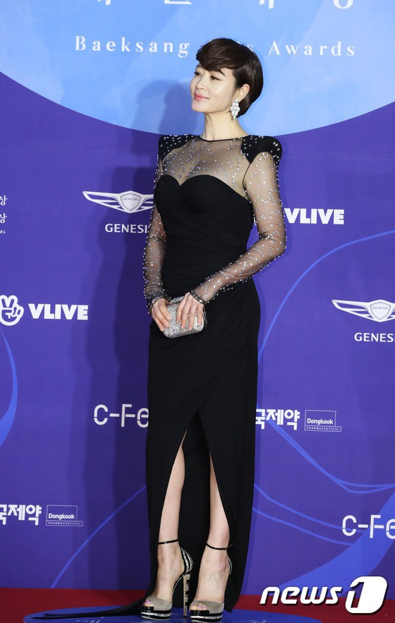 Dàn sao hạng A quyền lực K-biz đổ bộ thảm đỏ Baeksang 2019: Chị đại Kim Hye Soo vẫn là nhất - Ảnh 1.