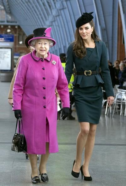 Kim Kardashian và Công nương Hoàng gia Anh Kate Middleton giống nhau bất ngờ: Từ lối sống sang chảnh cho đến mẹ ruột, con cái - Ảnh 1.