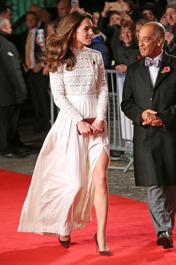 Những khoảnh khắc cho thấy hóa ra Công nương Kate đã nhiều lần khoe khéo đôi chân nuột nà không tỳ vết của mình, được em chồng Harry khen ngợi là vũ khí chết người - Ảnh 2.