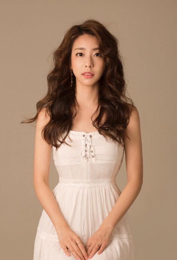 Bạn gái kém 17 tuổi của So Ji Sub hóa ra lại cực kỳ nổi tiếng tại Hàn Quốc và thậm chí được tôn là nữ thần  - Ảnh 1.