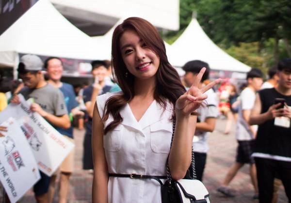 Bạn gái kém 17 tuổi của So Ji Sub hóa ra lại cực kỳ nổi tiếng tại Hàn Quốc và thậm chí được tôn là nữ thần  - Ảnh 16.