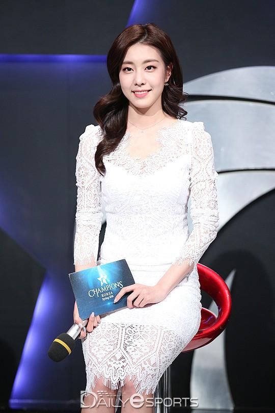 Bạn gái kém 17 tuổi của So Ji Sub hóa ra lại cực kỳ nổi tiếng tại Hàn Quốc và thậm chí được tôn là nữ thần  - Ảnh 8.