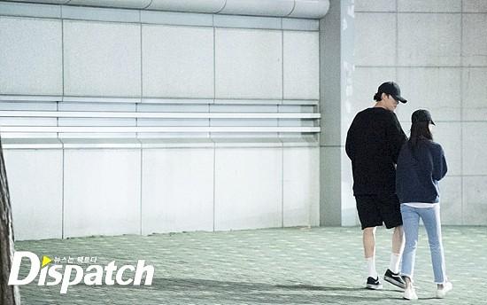 Cận ảnh hình ảnh hẹn hò của So Ji Sub và bạn gái phóng viên: Nam thanh nữ tú bên nhau, không khác gì một bộ phim lãng mạn - Ảnh 6.