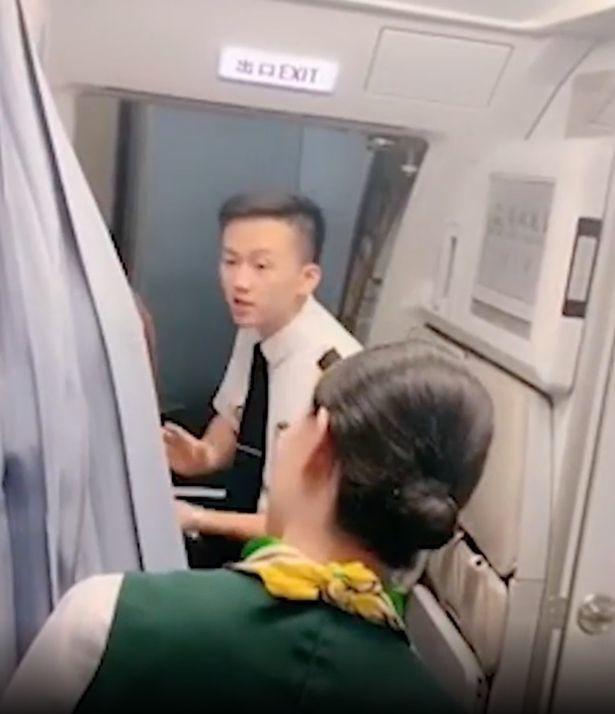 Bà mẹ không cho đóng cửa máy bay để chờ con gái mua hàng miễn thuế - Ảnh 1.