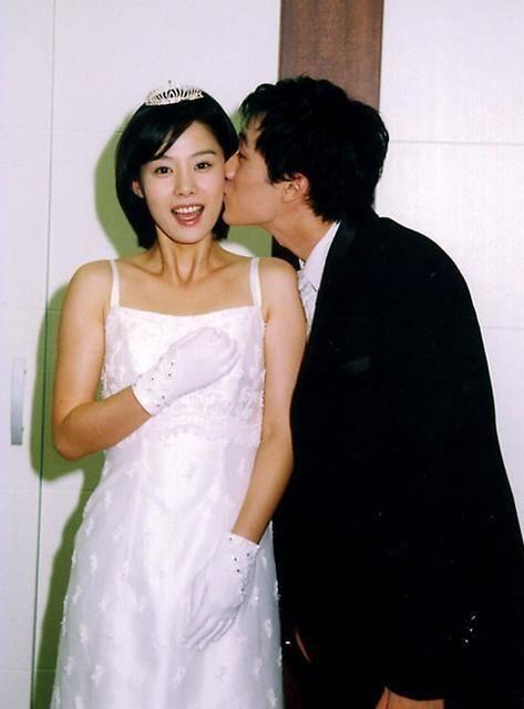 Tình ái rắc rối của So Ji Sub: Công khai với mỹ nhân kém 17 tuổi nhưng dính tin hẹn hò Son Ye Jin và toàn minh tinh - Ảnh 4.