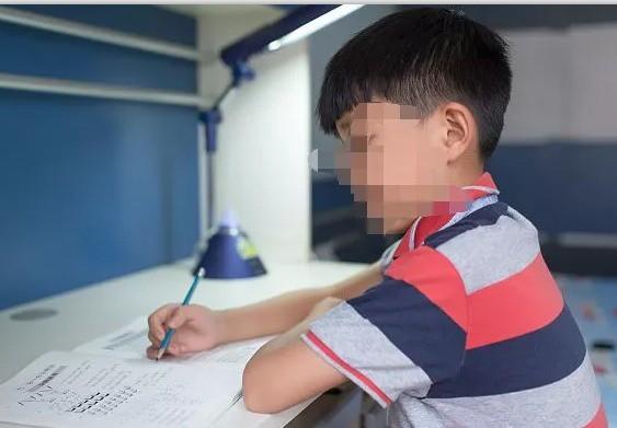 Cậu bé 12 tuổi mỗi ngày đều làm cơm cho cả nhà nhưng thi Toán chỉ có 1 điểm đang gây sốt MXH Trung Quốc - Ảnh 1.