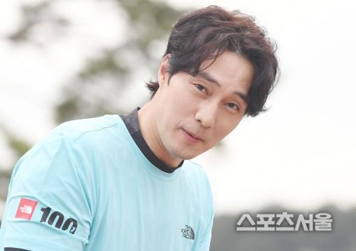 So Ji Sub lần đầu xuất hiện sau khi xác nhận hẹn hò, biểu cảm vui phơi phới của quý ông có người yêu khiến ai cũng ghen tị  - Ảnh 5.