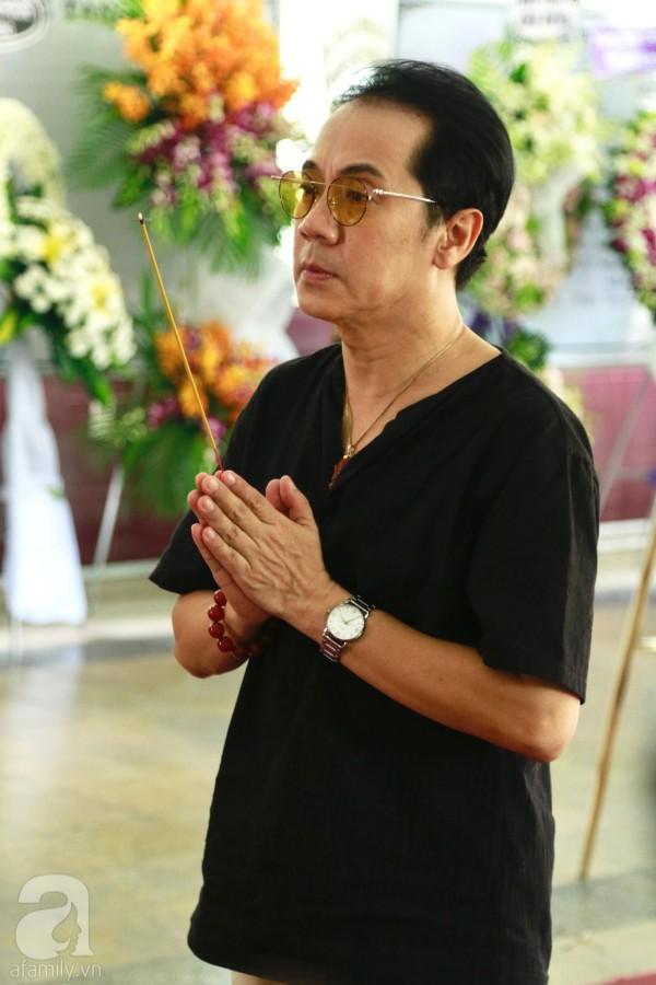 Lội mưa gió, NSƯT Thành Lộc, Minh Hằng và nhiều nghệ sĩ khác vẫn đến lễ viếng cố nghệ sĩ Lê Bình  - Ảnh 13.