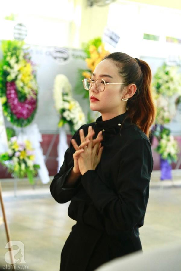 Lội mưa gió, NSƯT Thành Lộc, Minh Hằng và nhiều nghệ sĩ khác vẫn đến lễ viếng cố nghệ sĩ Lê Bình  - Ảnh 3.