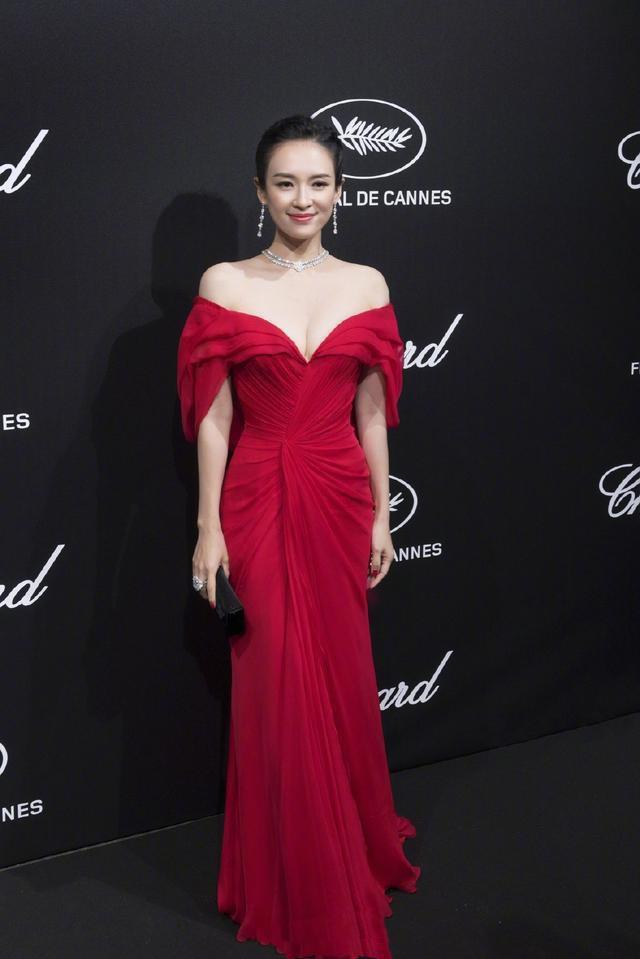 Phía sau mỹ nhân tâm điểm hút ống kính tại thảm đỏ Cannes 2019, Chương Tử Di lại có màn ăn mỳ khó đỡ này  - Ảnh 2.