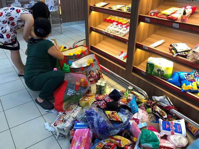 Người dân TP.HCM đổ xô gom hàng siêu thị Auchan tháo khoán - Ảnh 1.