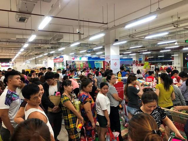 Người dân TP.HCM đổ xô gom hàng siêu thị Auchan tháo khoán - Ảnh 12.