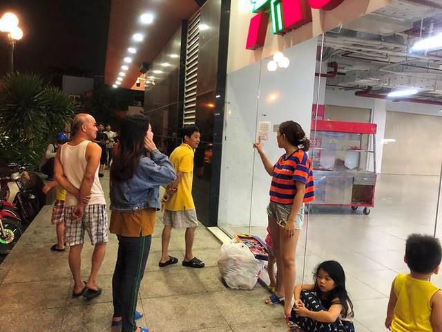 Người dân TP.HCM đổ xô gom hàng siêu thị Auchan tháo khoán - Ảnh 13.