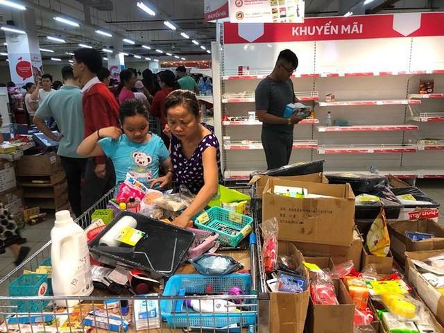 Người dân TP.HCM đổ xô gom hàng siêu thị Auchan tháo khoán - Ảnh 2.