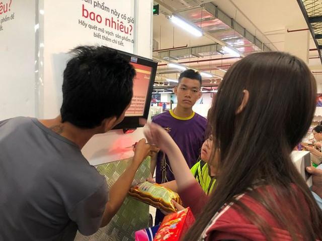 Người dân TP.HCM đổ xô gom hàng siêu thị Auchan tháo khoán - Ảnh 3.