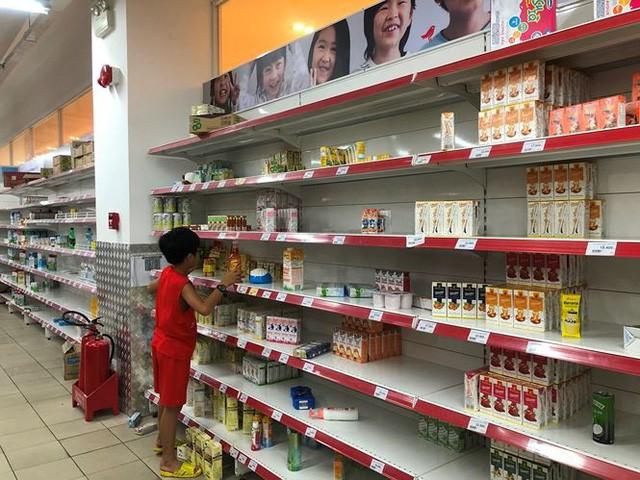 Người dân TP.HCM đổ xô gom hàng siêu thị Auchan tháo khoán - Ảnh 4.