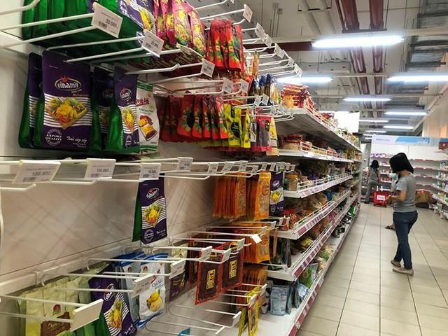 Người dân TP.HCM đổ xô gom hàng siêu thị Auchan tháo khoán - Ảnh 5.