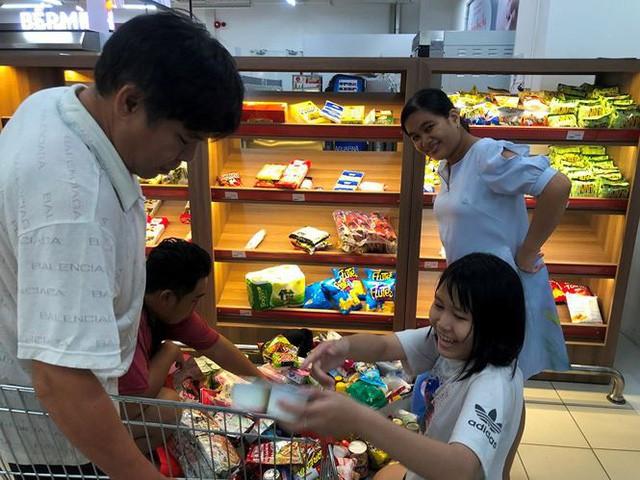 Người dân TP.HCM đổ xô gom hàng siêu thị Auchan tháo khoán - Ảnh 6.