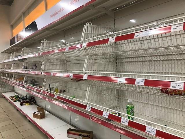 Người dân TP.HCM đổ xô gom hàng siêu thị Auchan tháo khoán - Ảnh 8.