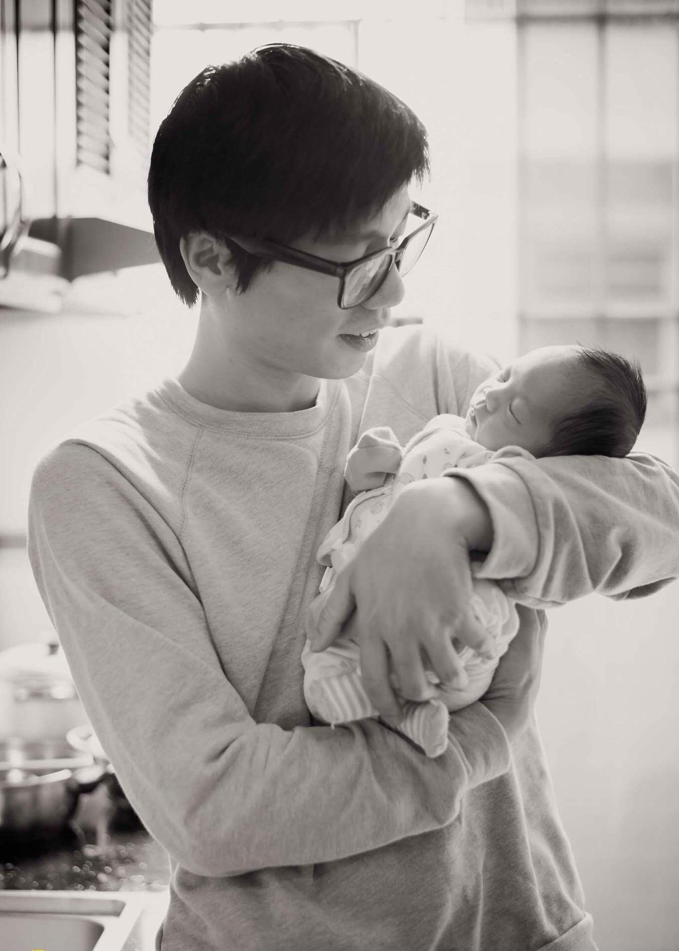 Luyện ngủ cho con từ khi mới lọt lòng, ông bố MC cùng con vi vu đi du lịch và cho bé ngủ bất kỳ đâu cũng được - Ảnh 7.