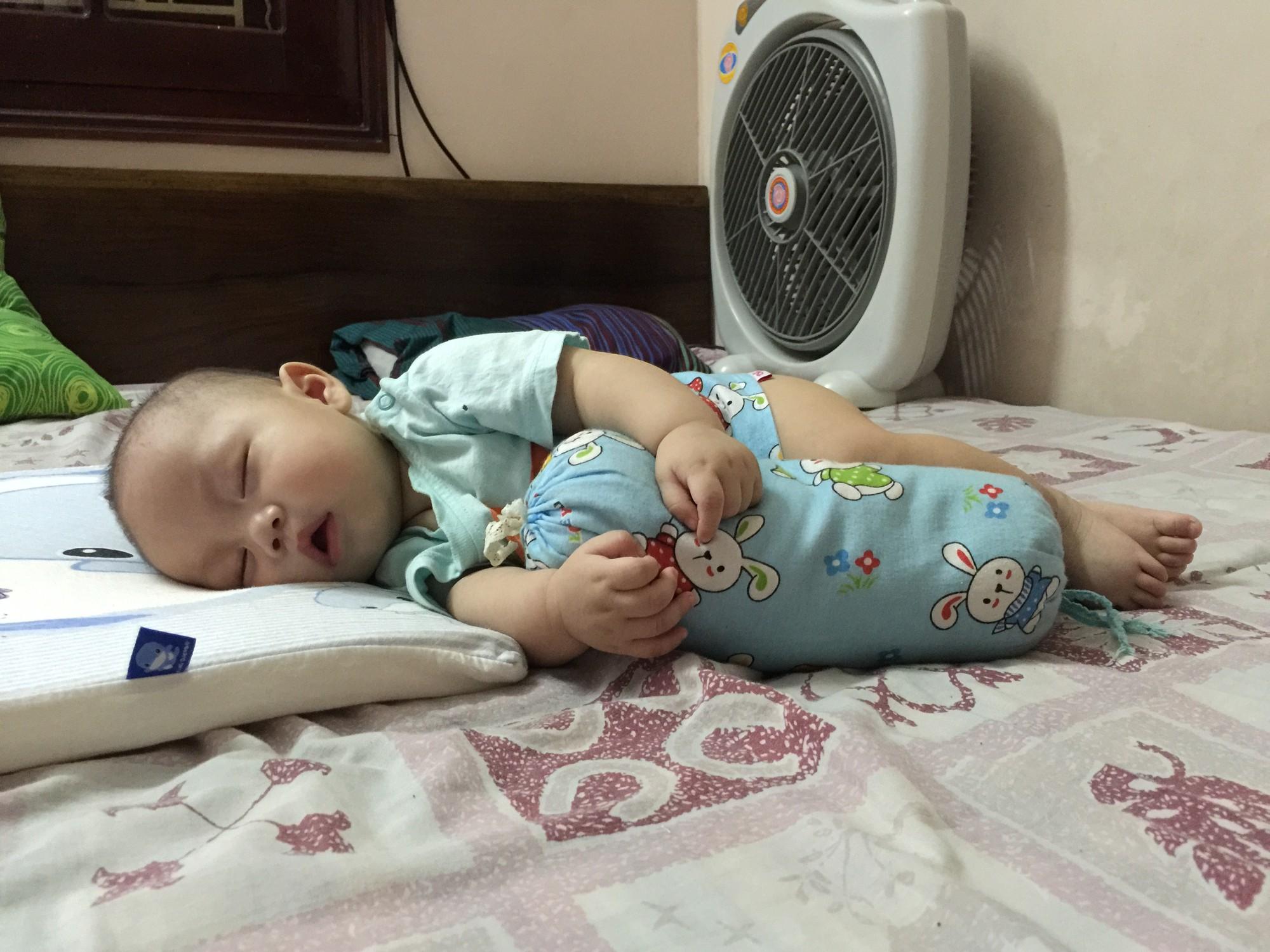 Luyện ngủ cho con từ khi mới lọt lòng, ông bố MC cùng con vi vu đi du lịch và cho bé ngủ bất kỳ đâu cũng được - Ảnh 8.