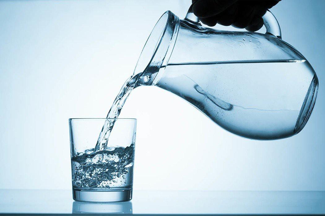 Tổ chức Y tế Thế giới cảnh báo: Uống hơn 4 lít nước mỗi ngày rất dễ bị ngộ độc nước  - Ảnh 1.