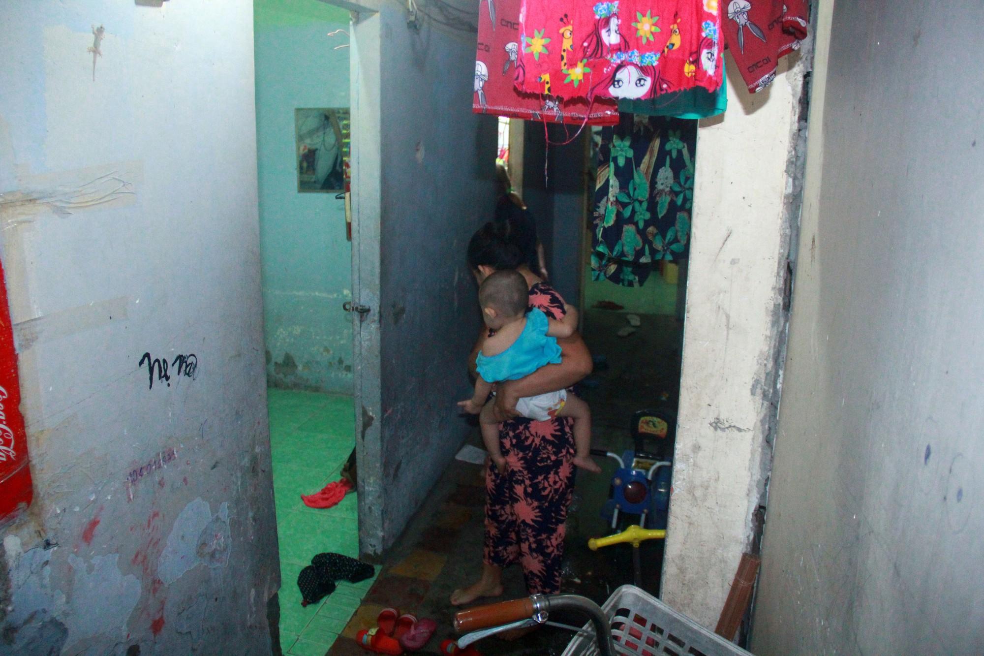 Bất chấp nguy hiểm, mới mổ sinh được 10 ngày, người mẹ đã đi làm thuê để nuôi 5 người con, cháu cùng chồng bệnh tật - Ảnh 16.