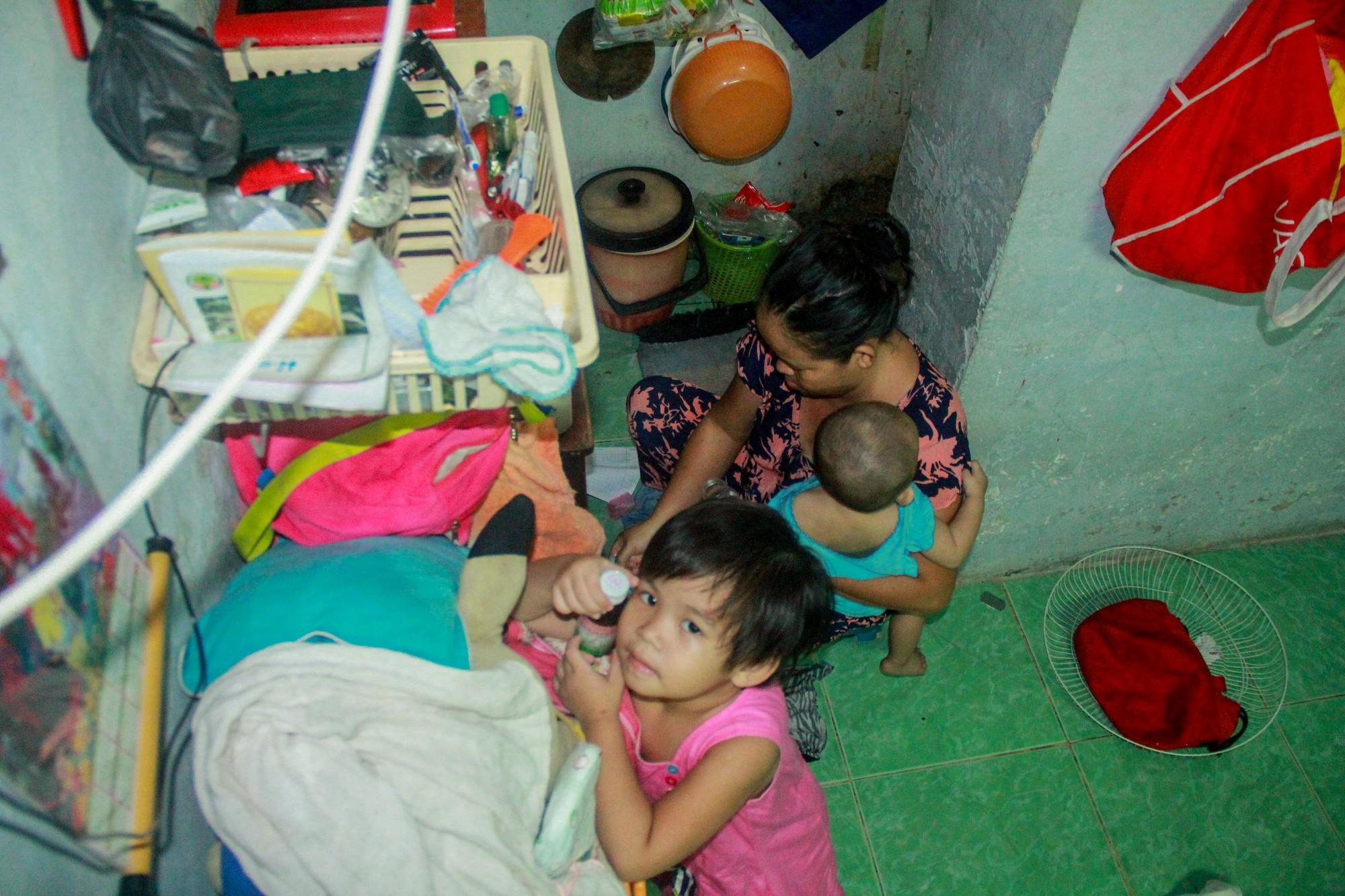 Bất chấp nguy hiểm, mới mổ sinh được 10 ngày, người mẹ đã đi làm thuê để nuôi 5 người con, cháu cùng chồng bệnh tật - Ảnh 11.