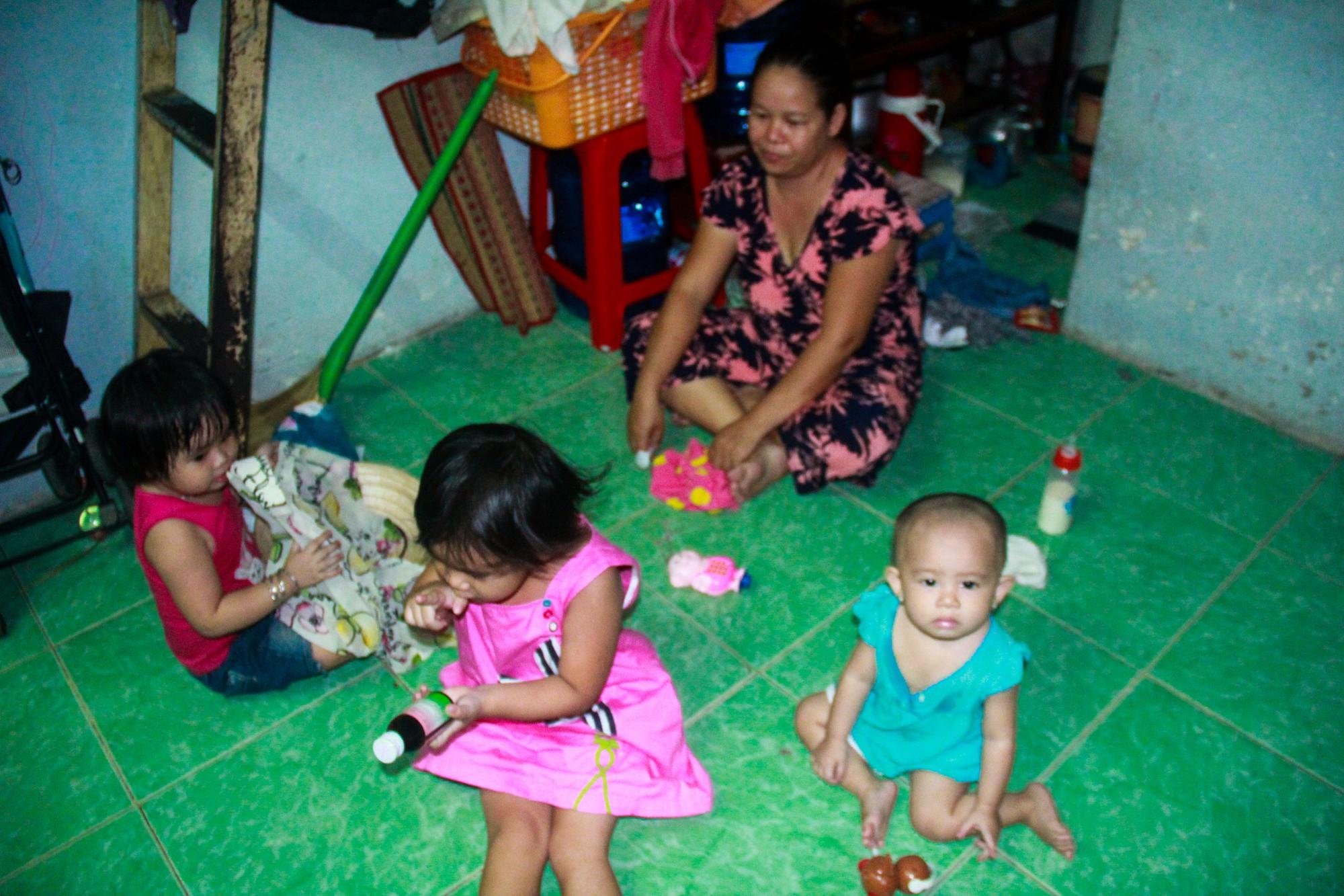 Bất chấp nguy hiểm, mới mổ sinh được 10 ngày, người mẹ đã đi làm thuê để nuôi 5 người con, cháu cùng chồng bệnh tật - Ảnh 3.